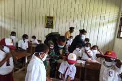 Satgas TNI berikan imunisasi siswa di perbatasan RI-PNG